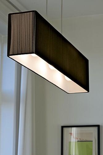 FRODIG FRA OVEN: Calvius taklampen fra Axo matcher de brune eikedørene på kjøkkenet.