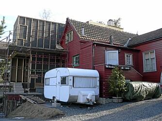 MIDLERTIDIG. Campingvogna var god å ha i perioder under utbyggingen.