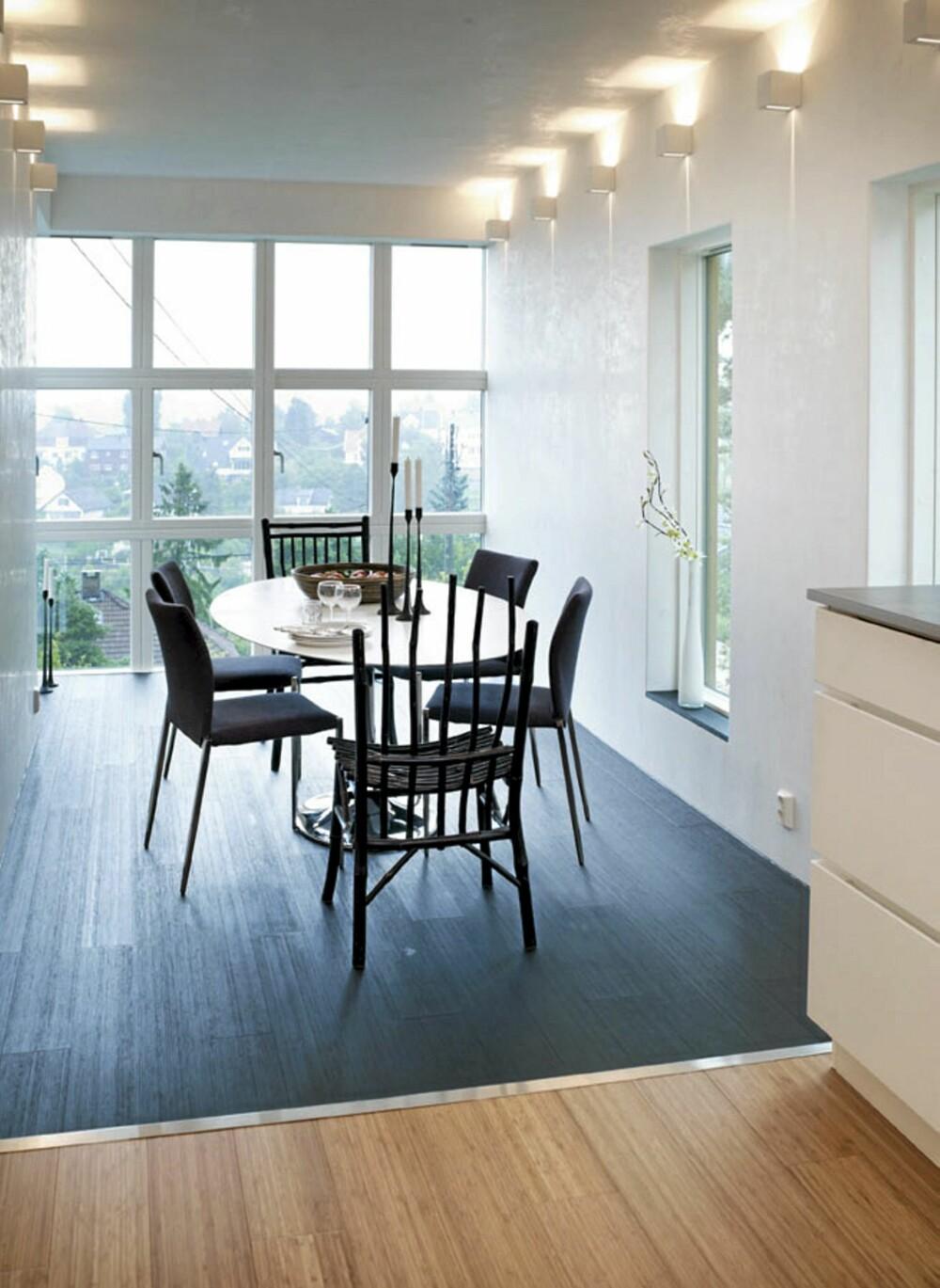 SVART BAMBUS.  Bambusgulvet i spisedelen er malt svart. De øvrige gulvene er i umalt bambus. For møbler, kontakt bo-sf.no