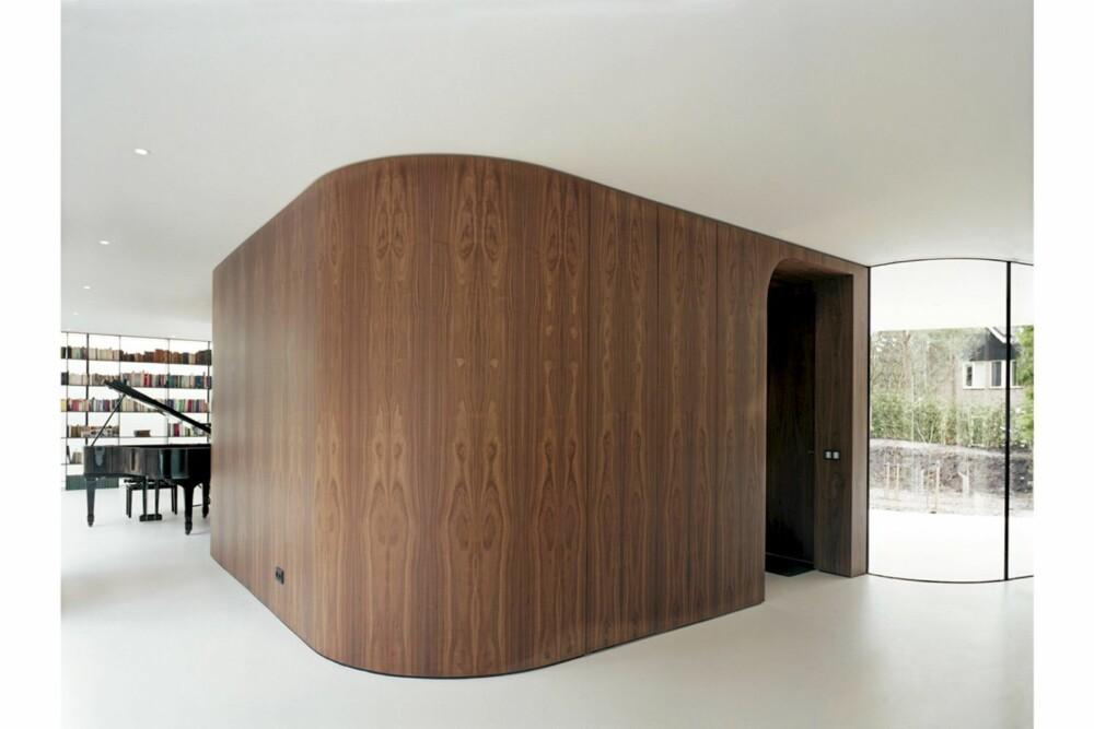 FIKSE FORMER: Dette frittstående rommøblet i amerikansk nøttetre inneholder både trapp til underetasje, en seng og et lite bad.