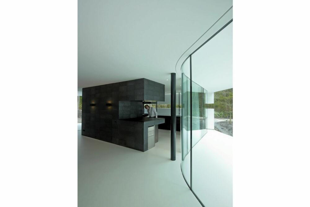 GODT NORSK: Kjøkkenmøblet er laget helt i mørk, norsk skifer. Har noen sett et tøffere sted for matlaging?