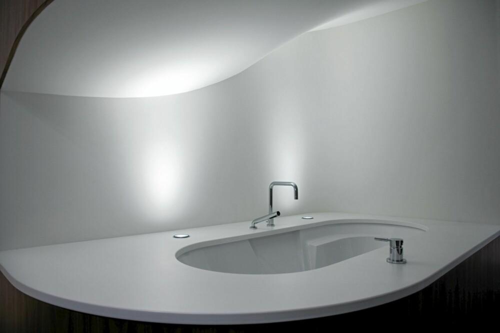 UNIKT OG ENKELT: Designbadet er som et moderne kunstverk eller møbel, midt i huset.
