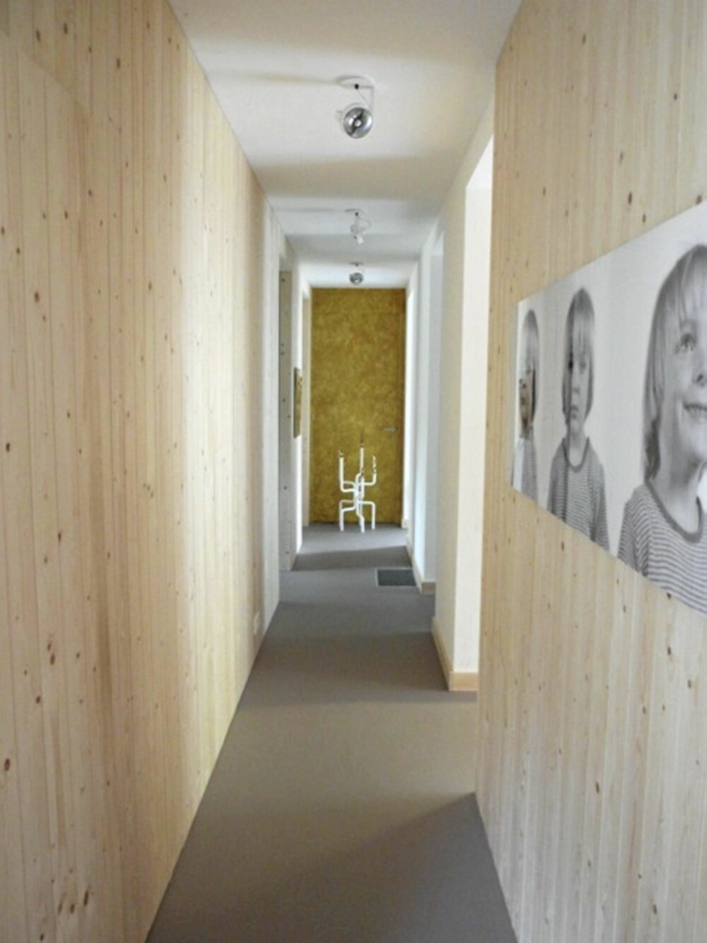 PERSONLIGE BILDER: Barna til Starkenburg betyr mye for han, og veggene i gangen prydes med bilder av dem.