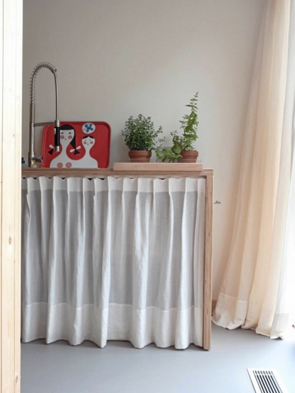 LUFTIGE SKAP: Til kjøkkenskapene har Starkenburg valgt å bruke tekstiler fremfor dører.