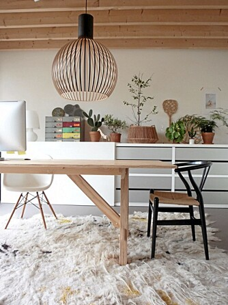 TEPPER: Myke elementer som tepper og tekstiler luner den ellers nøkterne og rene leiligheten