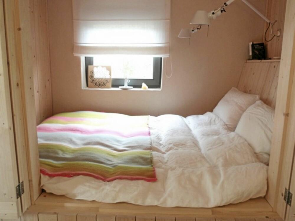 SOVEROM: Soverommet inneholder kun det nødvendigste, nemlig en seng. Den er plassbygget inn i det lille rommet.