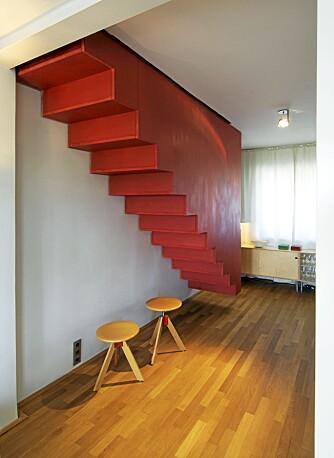 KONTRAST: Med en oppsiktvekkende design og farge er denne trappen blitt en skikkelig oppkvikker.
