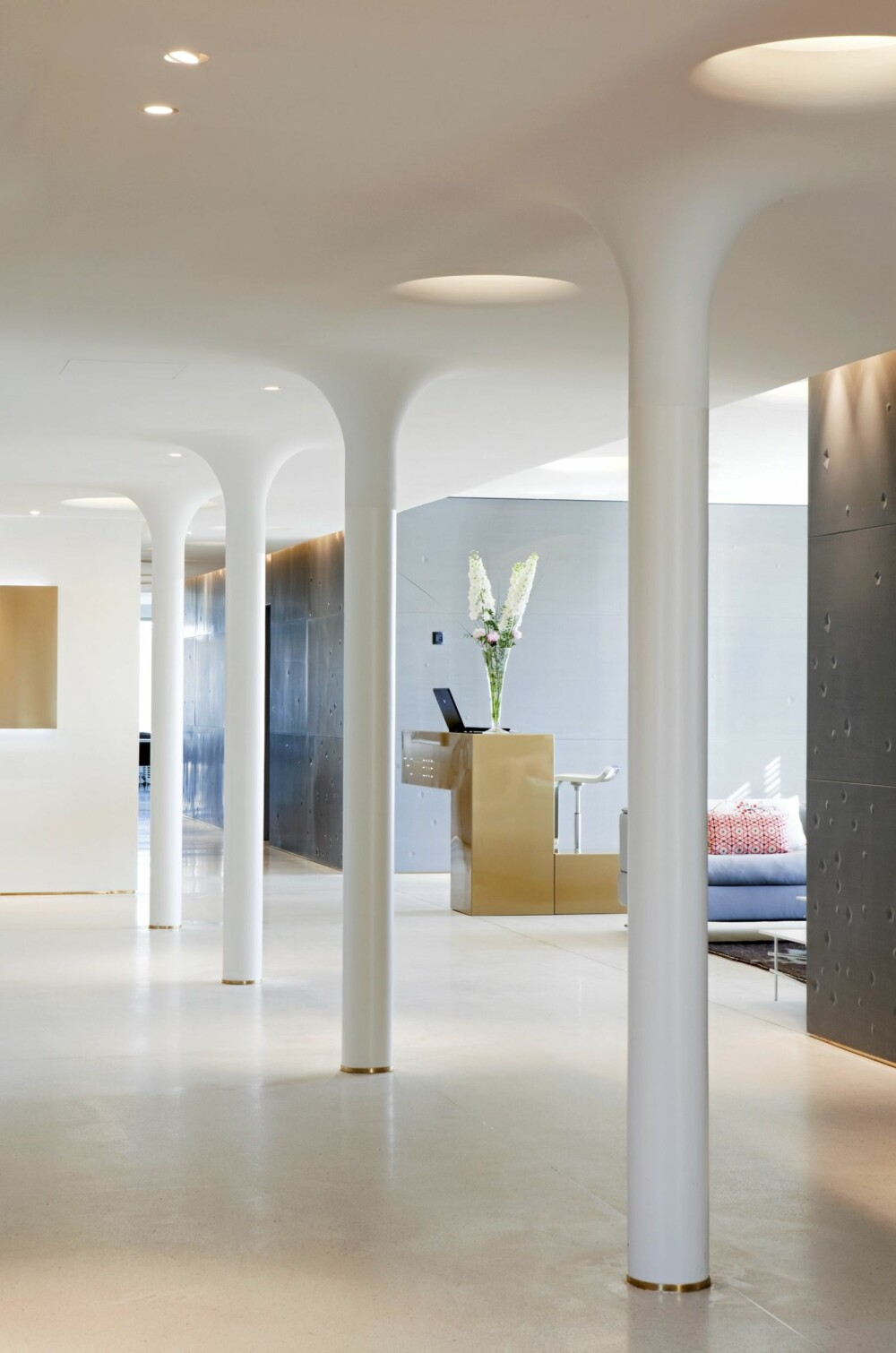 ORGANISK. Hos advokatfirmaet Thommessen er det skulpturelle former blant annet i hvitt og gull, Arkitekturverkstedet/Asplan Viak.