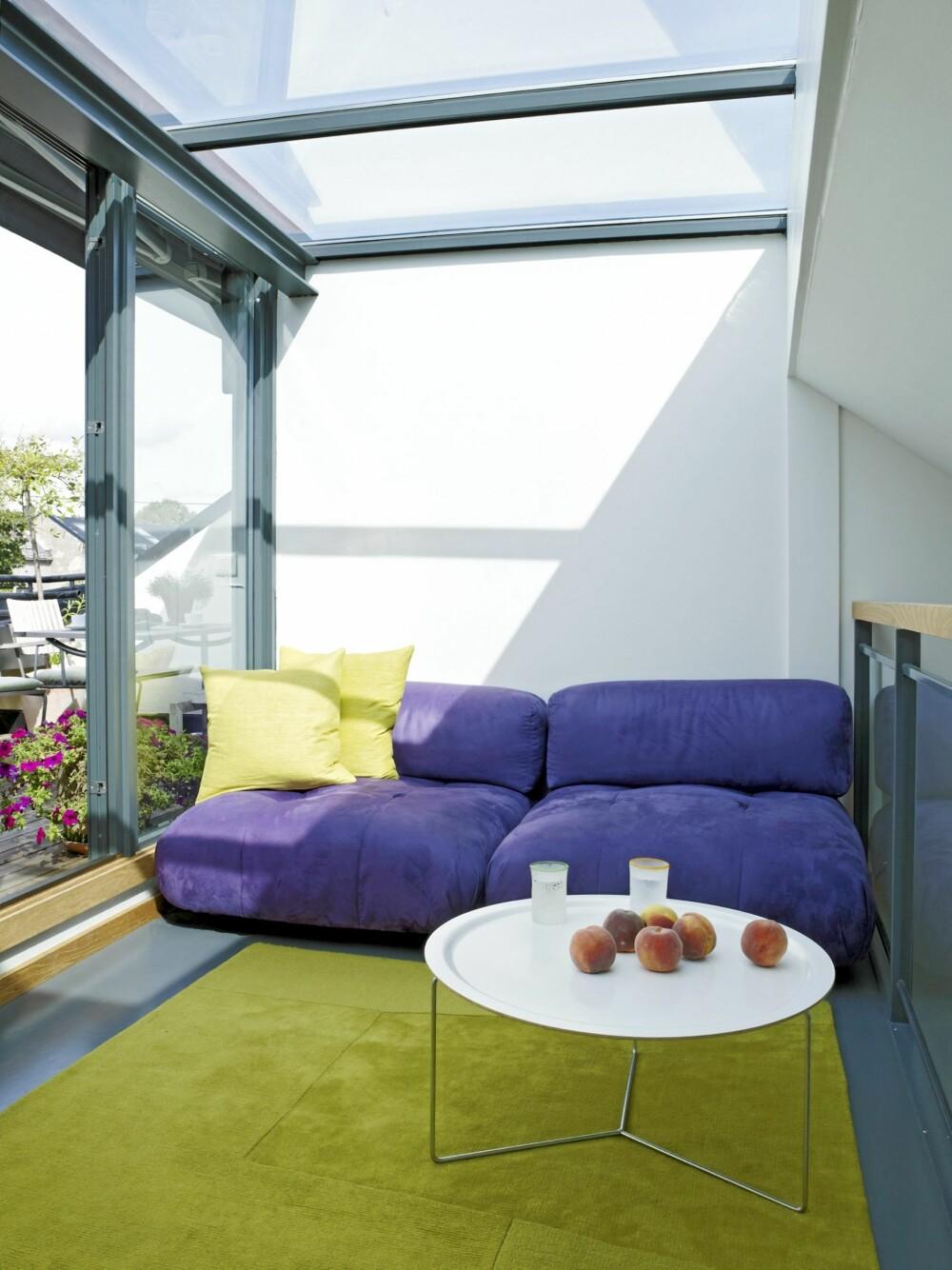 30 ÅR GAMMEL SOFA: Den italienske sofaen på messaninen er 30 år og lever videre med nytt trekk. Bordet fra David Design består av understell med en avtagbar plate som også kan brukes som fat.