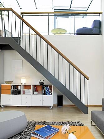 ARKITEKTTEGNET: Leiligheten, trappen inkludert, er tegnet av Mellbye arkitekter. Trappen binder sammen stuen med mesaninen. På grunn av glasstaket fungerer den i praksis som en innendørsbalkong.