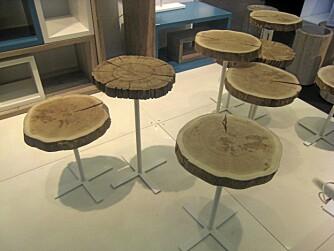 SIDEBORD: En skive tre festet på metallbein. Dette kan man med en porsjon kreativtet fikse selv.
