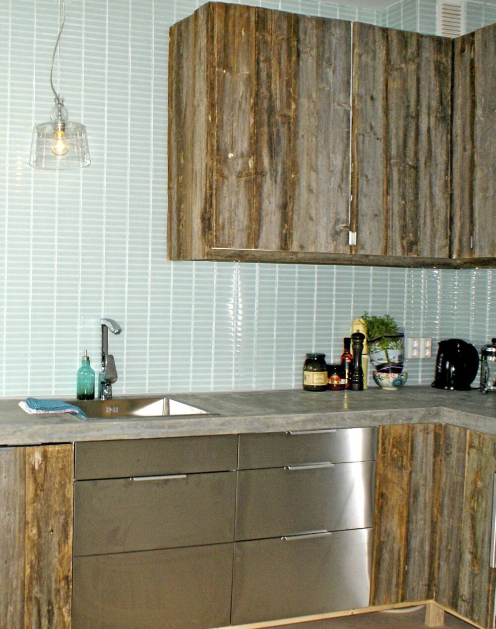 KJØKKENINNREDNING: Røff kjøkkeninnredning av gamle låvevegger