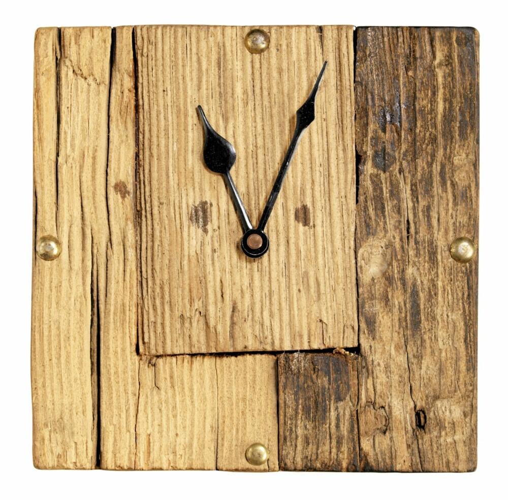 KLOKKE: Tøff klokke av gammelt treverk