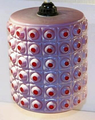 RETRO: Denne morsomme lampen lå ute på Qxl til 350 kroner, kjøper påsto lampen var fra 60-tallet. FOTO: Qxl.no