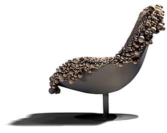 KULER I RYGGEN: Wood Chair nærmest bobler over av trekuler i ulike størrelser. Stolen er designet av den svenske designertrioen Front for Moroso.