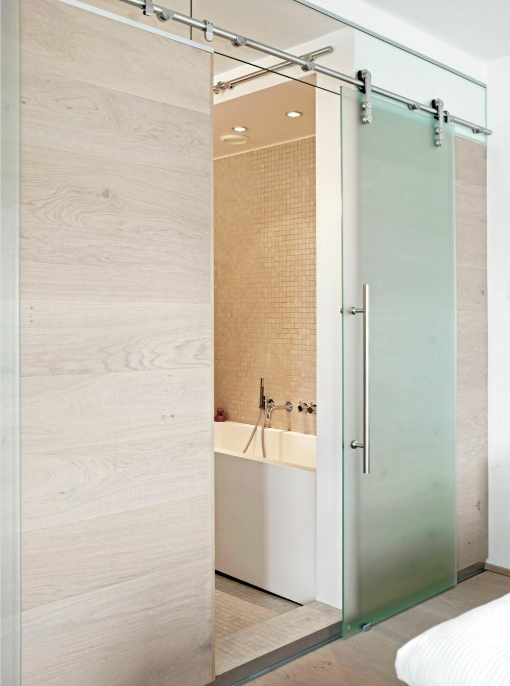 INN TIL BADET. Badet er tilknyttet soverommet, og skilles ved hjelp av en skyvedør i frostet glass.