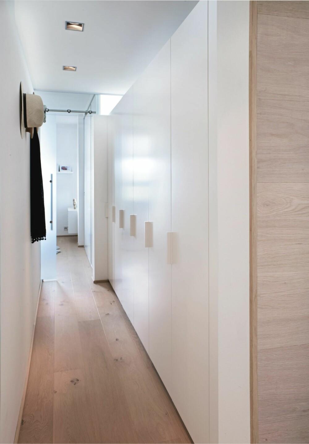 GARDEROBEGANG. Garderoben er rett bak stueveggen og har god oppbevaringsplass.