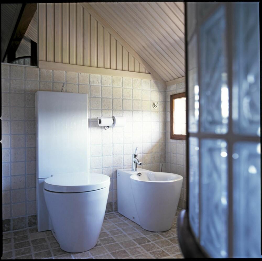 EN HØYDARE: Her ser du hvordan rommet er designet slik at det skapes skulpturelle kvaliteter under det bratte, gamle låvetaket. WC og bidet signert Philippe Starck.