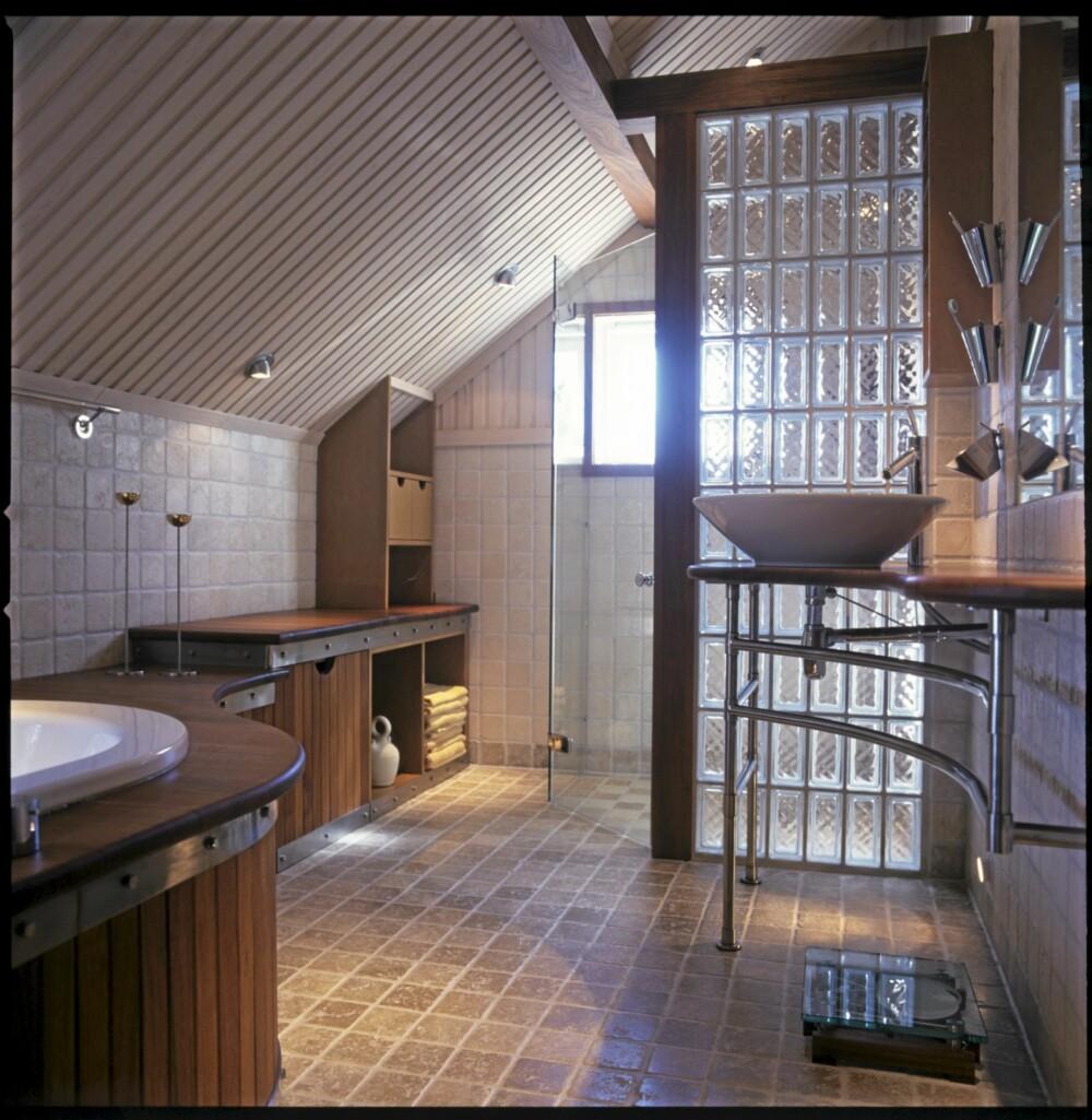 GLASSVEGGER DELER ROMMET I SONER: Det interiørarkitekttegnete badet er lirket på plass under låvetaket. Natt- og kveldsbelysningen, altså spotter er plassert 15 cm over gulvet. De gir et vakkert, sløret lys i rommet.