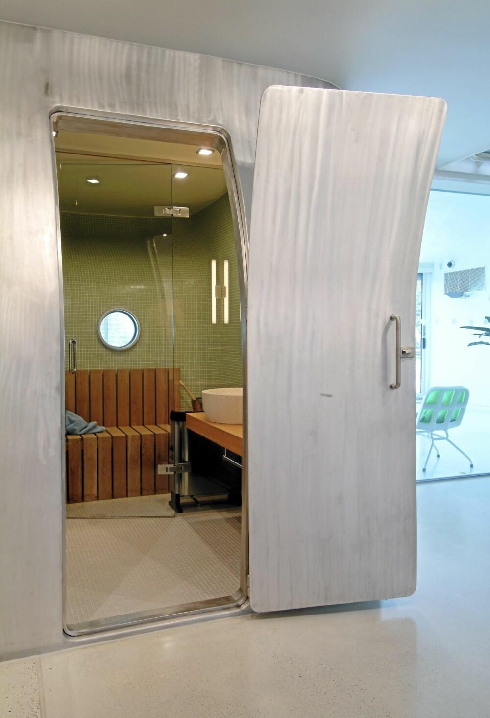 DESIGNBADSTUE. Åpner du den krumme metalldøren ser du rett inn til den hotte badstuen.