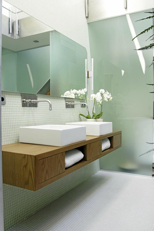BÅDE HUS OG MØBLER: Også interiøret i hovedbadet er tegnet av arkitekt Magler Wiggen.