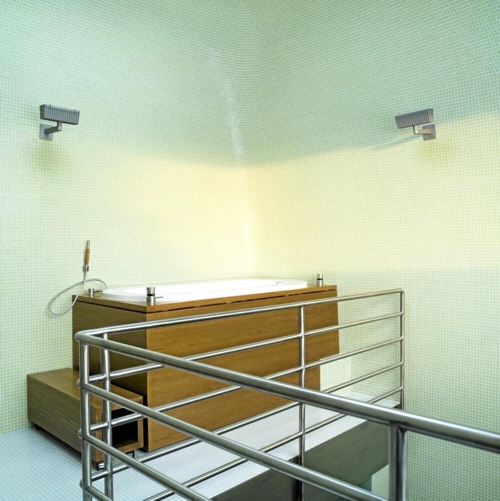 WOW: Badekaret kledd i massiv eik ligger på nærmest et galleri. Armaturer fra Boffi og belysning fra Hess Form + Licht.