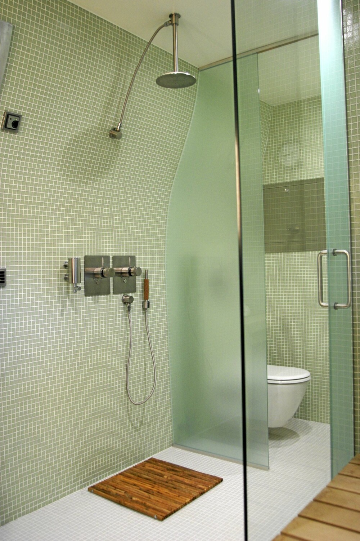 LITT MIKS: Her ser du dusjen med både rette og krumme linjer. Boffi armaturer.