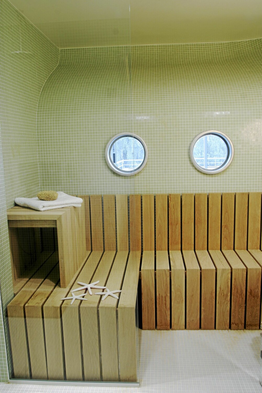 TISMESSIG: Badstuen og innebassenget ligger i underetasjen. Herfra er det blant annet utgang til det utvendige bassenget. Innredning designet av Magne Magler Wiggen.