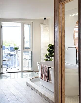 VÅT UTSIKTSPLASS: Plasseringen ved vinduene gir mulighet til å se utover byen fra badekaret.