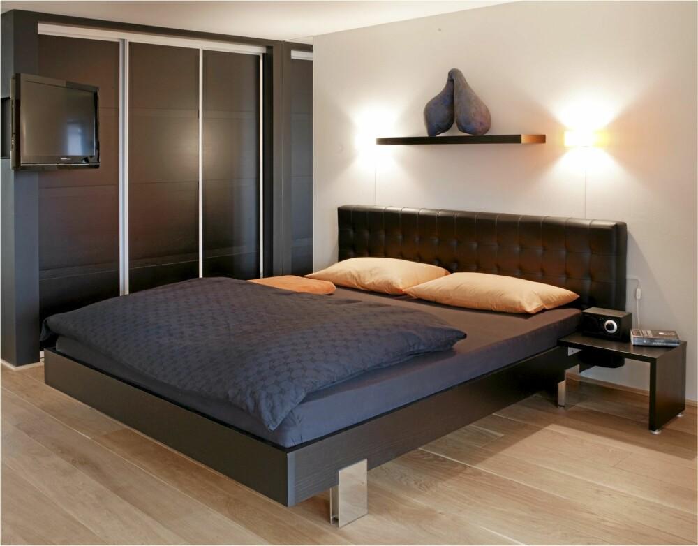 SVART KUBE: Den svartbeisede garderoben fra TM Line er en del av det som fremstår som en svart kube. Den svarte flatskjermen er montert på en svingarm som kan dreies mot sengen.