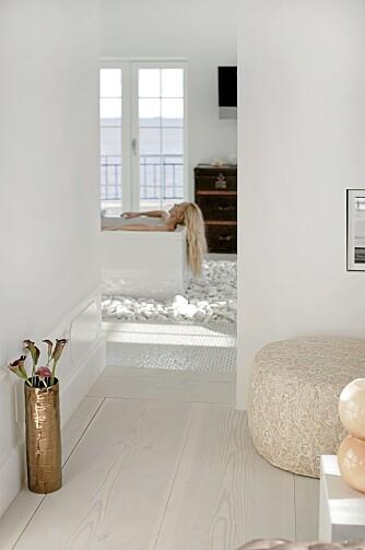 GOD UTSIKT: Fra badekaret kan stylist og beboer Maluna Fabrin se ut av vinduet eller inn på soverommet.