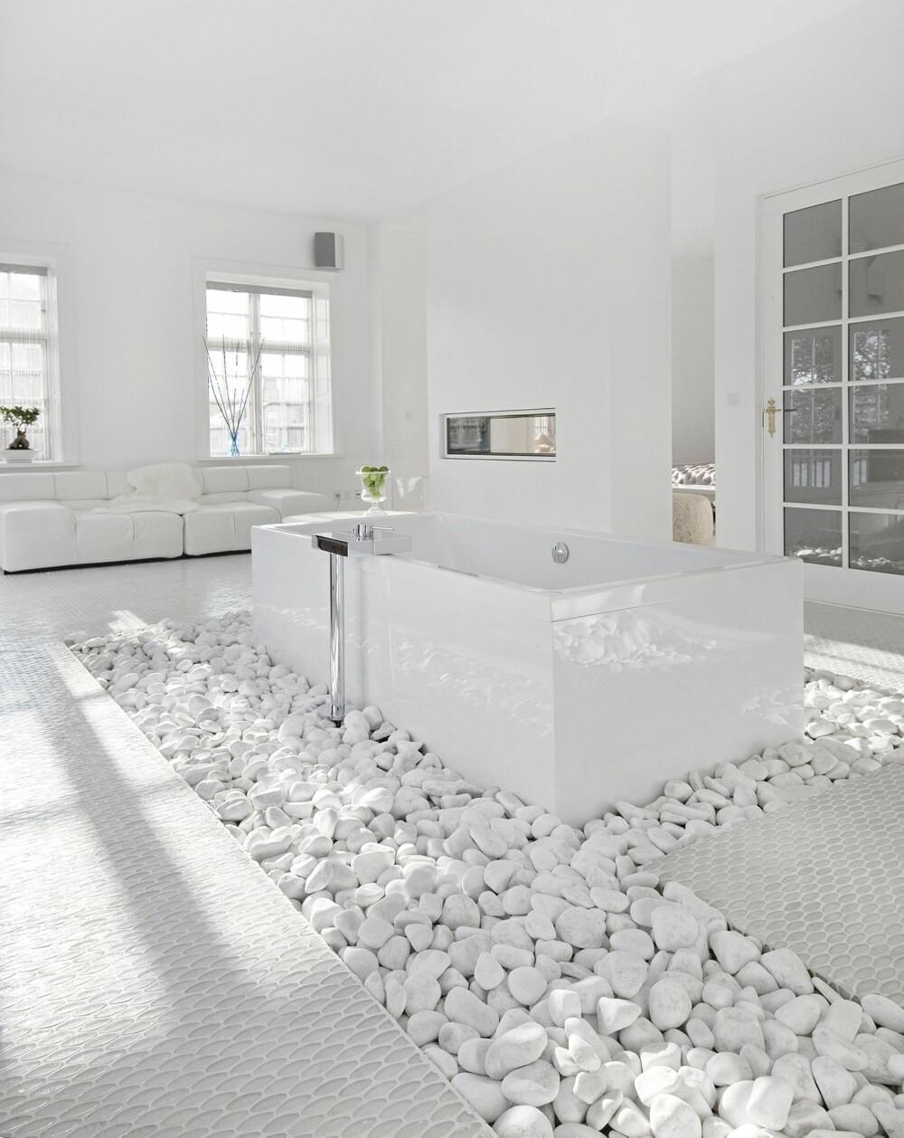 SENTRAL PLASSERING: Badet har husets beste plassering, med både veranda, utsikt og egen lounge. Gulvet er et komposittmaterial fremstilt av betong og italiensk perlemor.