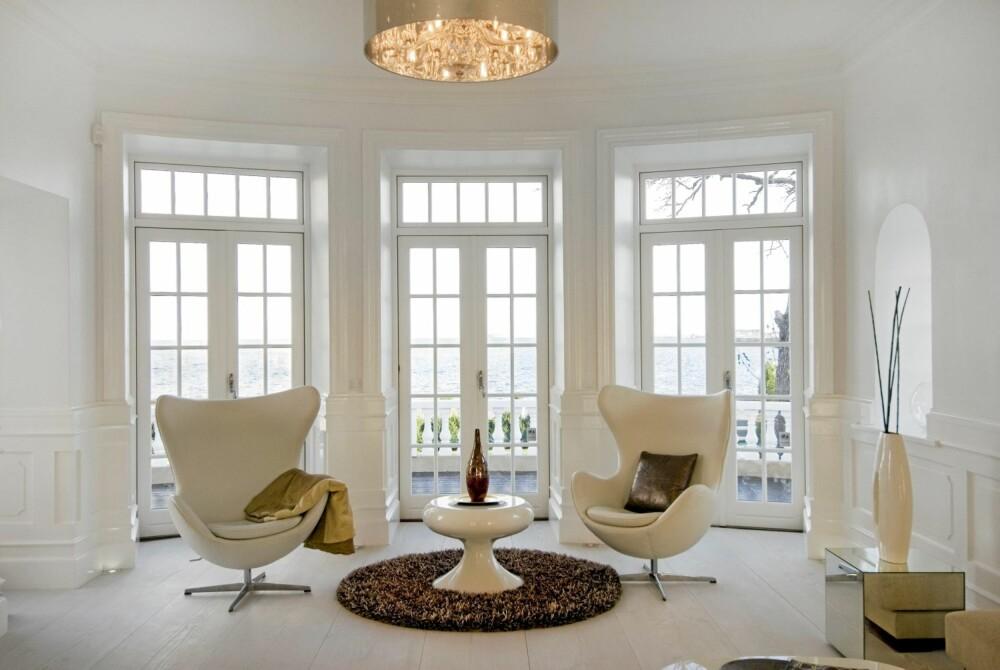 MØBLERING I ORDEN: Møblene er holdt i hvitt, gyllent og brunt, og tilfører en viss glød i et ellers helhvitt univers.