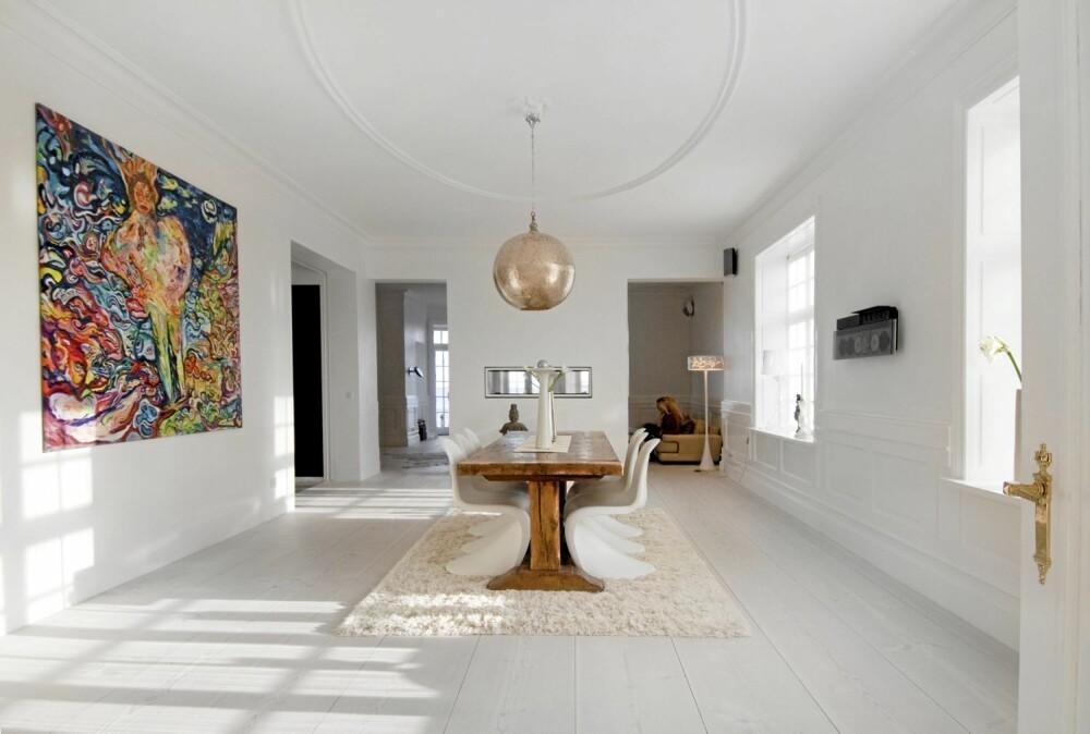 ROMMELIG SPISESTUE: Spisebordet er midt plassert under den digre rosetten. Stoler fra Vitra, pendellampe fra Mood og gulv fra Dinesen.