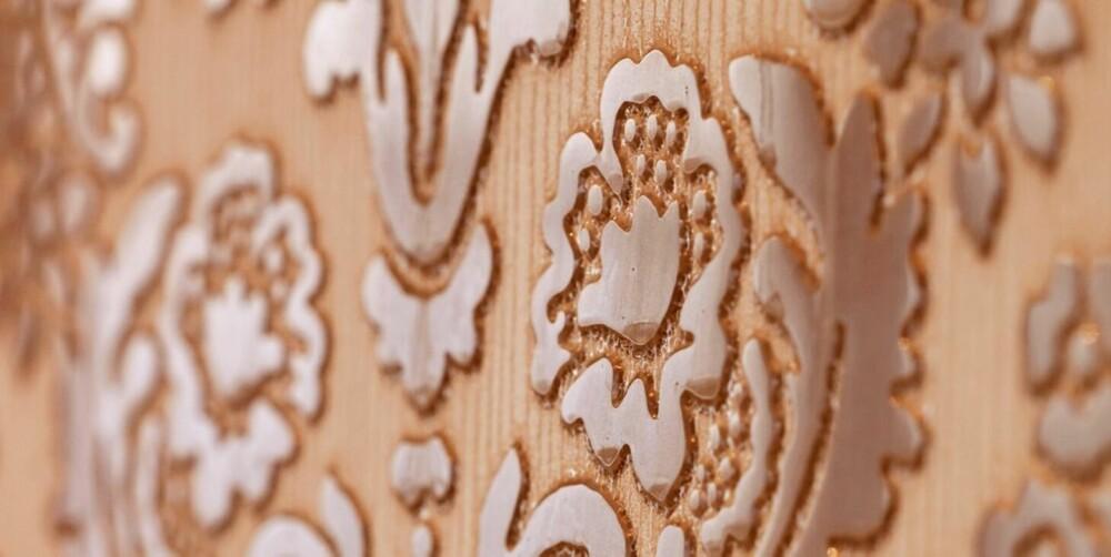 FRODIG: Mønsteret står i relieff og gir derfor en tredimensjonal effekt. Lignende fliser fås også i rimeligere utgave, da med påtrykt mønster.
