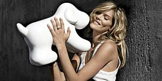 LUREHUND: Den hvite hunden er en søt ledningskjuler.