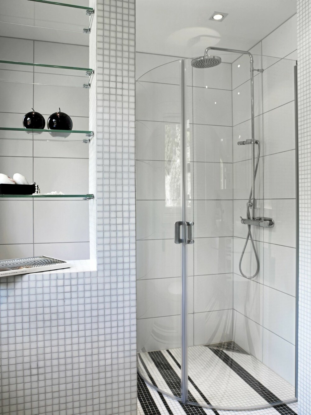 PLASSEFFEKTIVT: Dusjveggene kan felles innover og frigjøre gulvplass når dusjen ikke er i bruk.