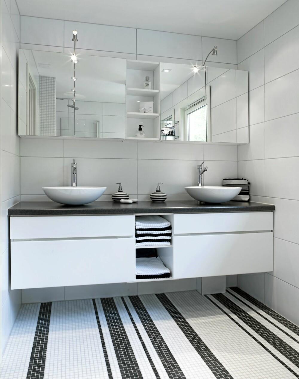 BADCODE: Strekkodemønsteret gir badet særpreg. Vegghengt benkeskap letter renhold og lar gulvet komme til sin rett.