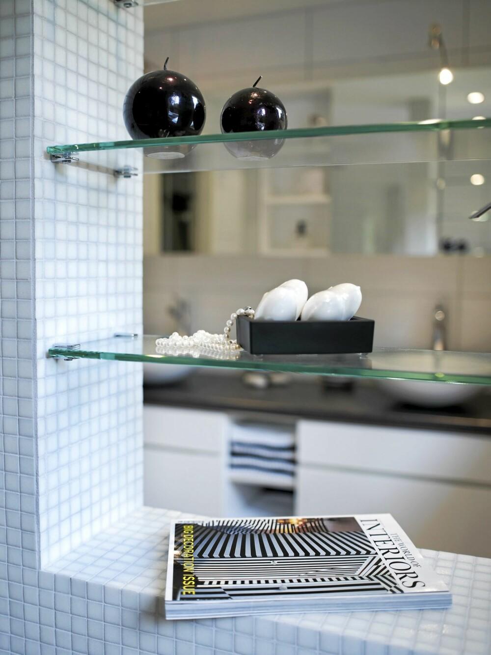 VINDU I VEGGEN: For å ivareta siktlinjer og øke lysgjennomstrømningen er den øverste delen av halvveggen åpen. Her er det satt inn glasshyller for oppbevaring av dekorative bruksgjenstander.