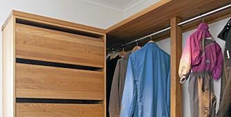 TO-DELT: Walk-in garderoben er oppdelt i en barn og voksenavdeling.