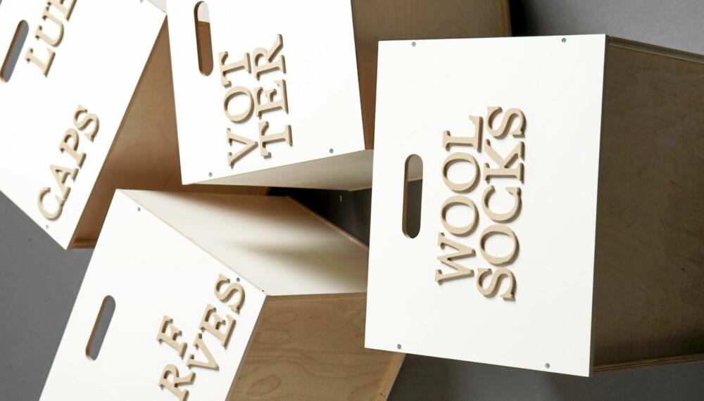 KUL OPPBEVARING: Disse trekassene fra Ikea er påført trebokstaver og henges deretter opp på veggen med hengsler. Det hele blir et funksjonelt og dekorativt oppbevaringssystem.