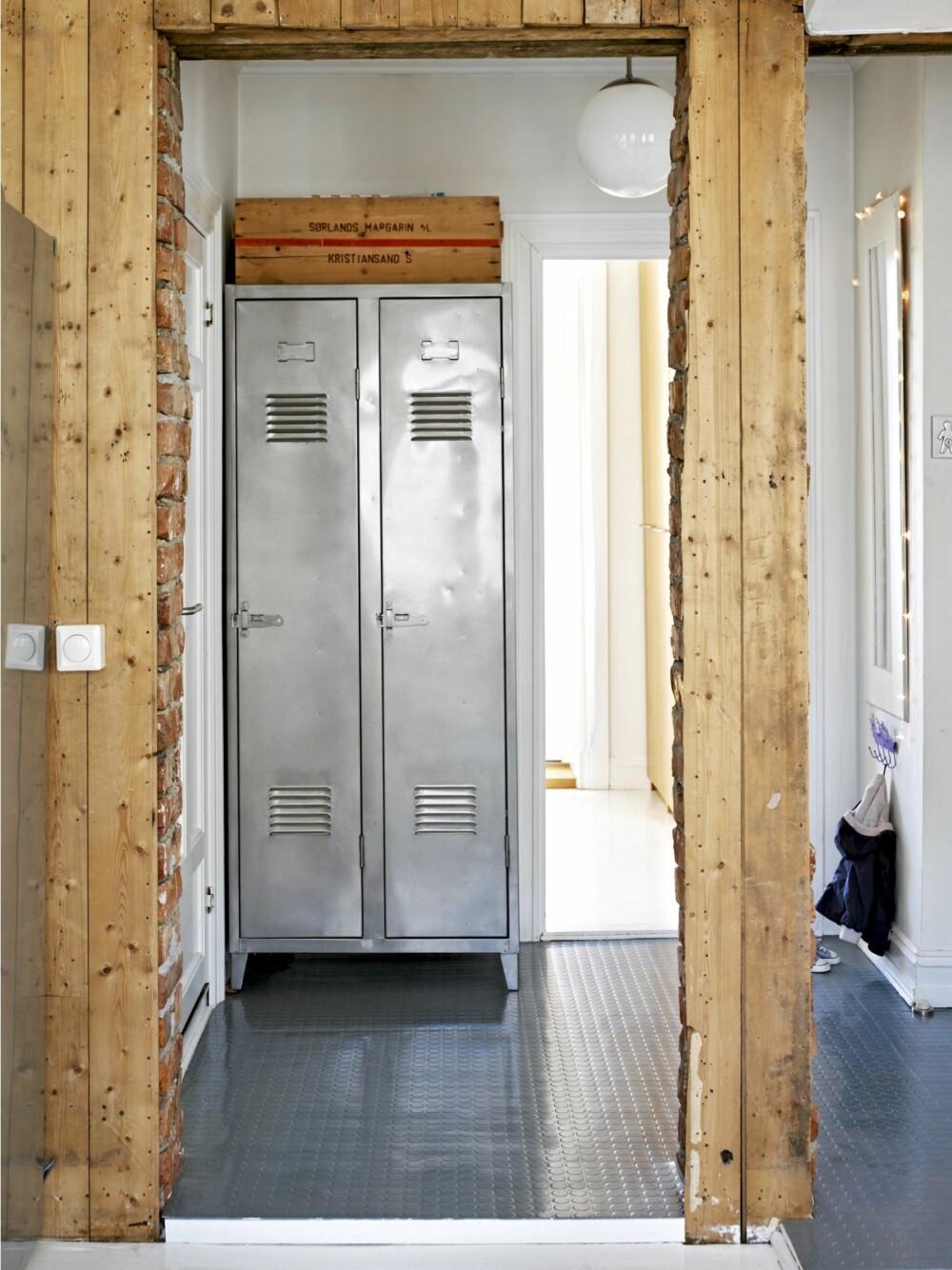 RÅTT OG PRAKTISK: Yttertøy og sko er stuen inn i stålskapet fra Kvist. Boligens toåring har en egen knaggrekke ved ytterdøren.
