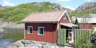 Hytte med idyllisk beliggenhet ved sjøen ytterst i Jøssingfjorden i Bu. Prisantydning: 490.000 kroner.