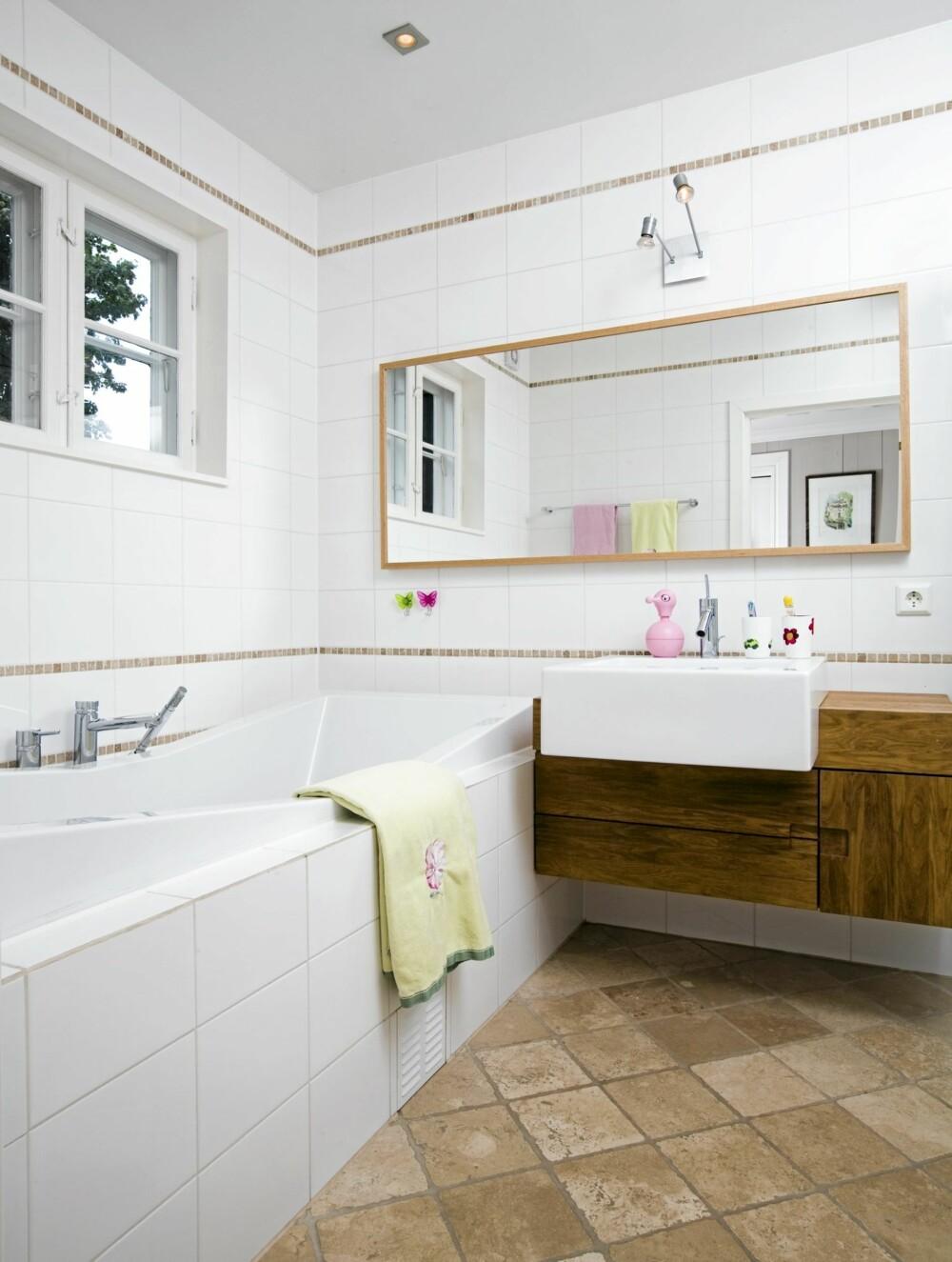 RENT, HVITT OG LEKKERT: Det nyinnredete badet har blant annet et stort speilfelt. Det har romutvidenede visuell virkning.