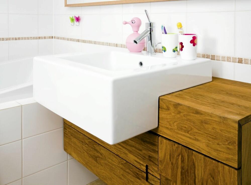 PLASSEFFEKTIV: Måten hyllene er bygget opp rundt vasken gir maksimalt med lagringsrom.
