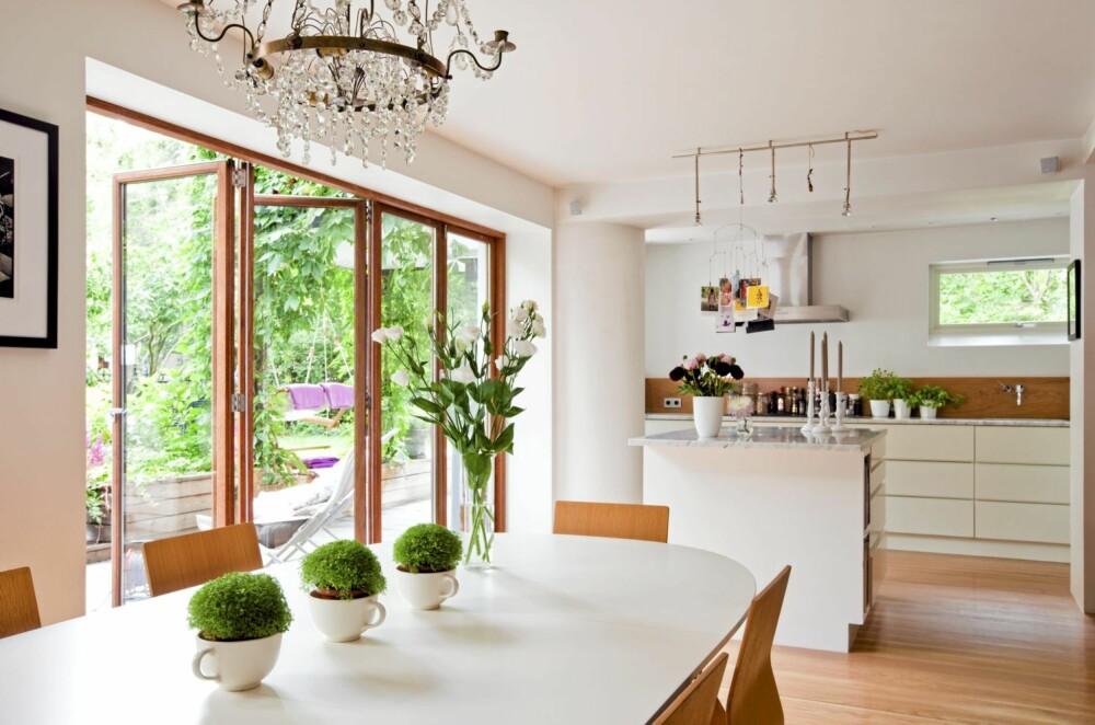 POSITIVT SAMSPILL: Fra kjøkkenet og stuen er det nå utmerket utsikt og kontakt med de grønne uteområdene.
