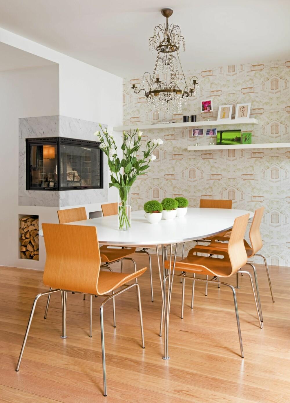 MØTESTED: Spisestuen i første etasje er et samlingssted, og den rommer både familien på fire og venner av huset.