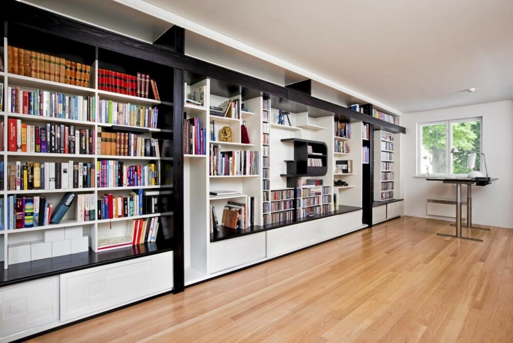 TILPASSET PÅ MILLIMETEREN: Den lange bibliotek bokhyllen som rommer både filmer, musikk og bøker ble spesialtegnet til rommet av Veni Vidi.