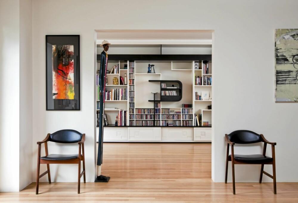 RAMMER I ROMMET: Åpningen mot rommet innenfor er møblert og velblansert som et maleri.