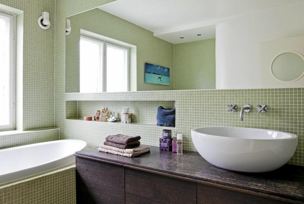TILPASSET TIDEN: Fliser i en svak grønnfarge som minner om funkstidens ofte sarte pallett pryder baderommet.